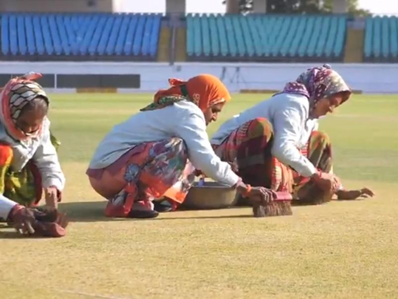VIDEO: बुजुर्ग महिलाओं द्वारा राजकोट पिच की सफाई को लेकर फैंस के निशाने पर BCCI और Sourav Ganguly