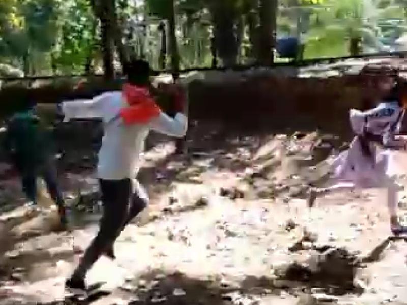 Ambikapur : युवती को डंडा लेकर दौड़ाने का मामला, चार पुलिसकर्मी निलंबित, आरोपितों पर एफआईआर