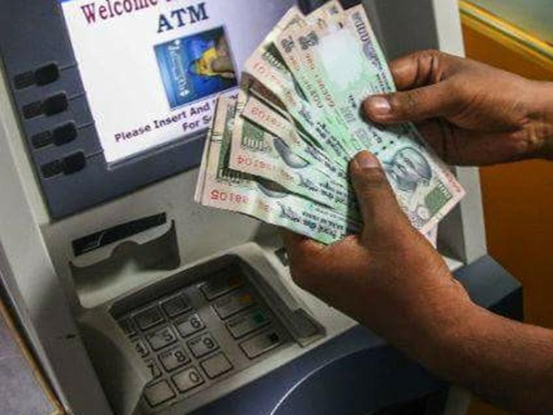 ATM से पैसे निकालना हो सकता है महंगा, ऑपरेटर्स ने RBI से की है ऐसी मांग