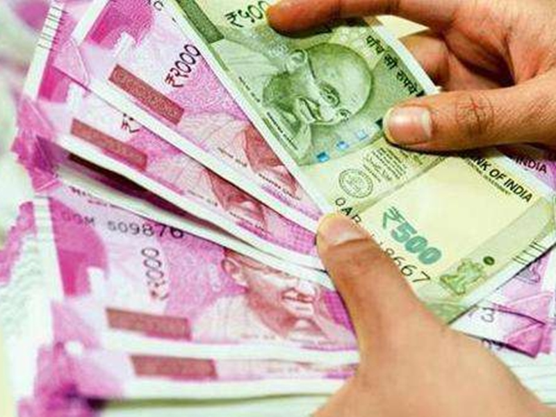 लोगों के खातों में यहां अचानक आए हजारों रुपए, बैंक अधिकारी भी हैरत में