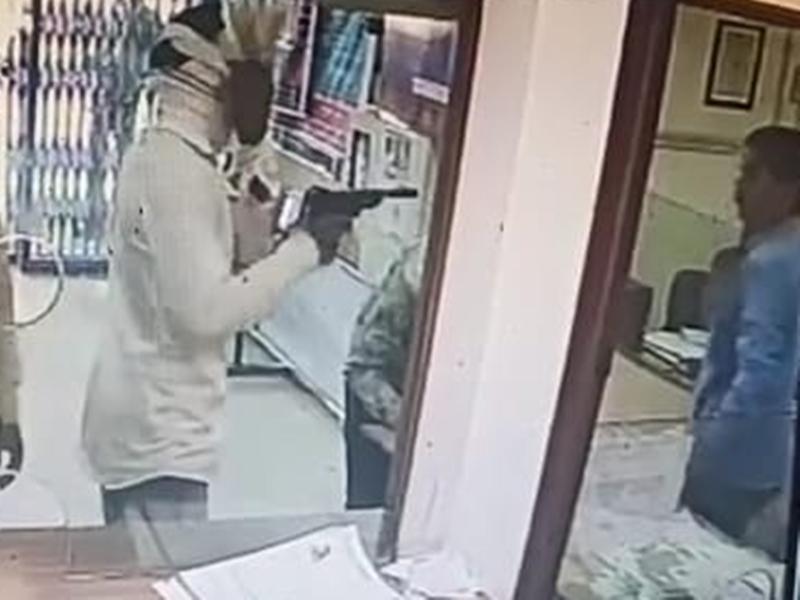 Madhya Pradesh News :  नरसिंहपुर जिले में कैशियर की समझदारी से बैंक में लूट की घटना टली
