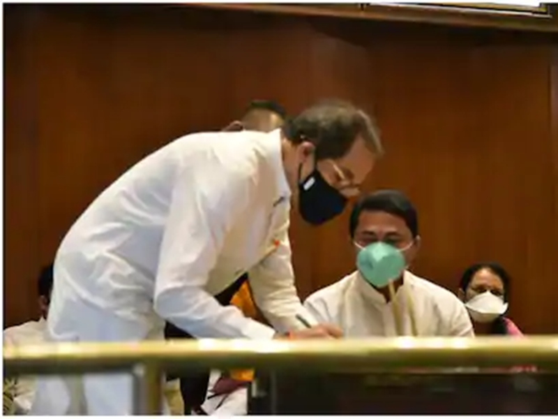 महाराष्ट्र में संवैधानिक संकट खत्म, सीएम उद्धव ठाकरे ने ली एमएलसी पद की शपथ