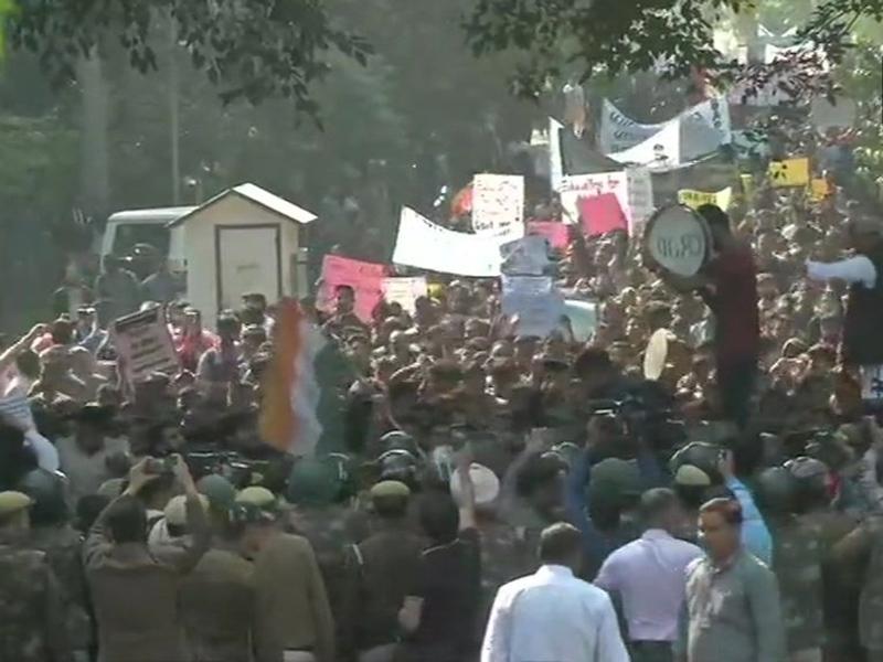 JNU Student Protest: हिरासत में लिए गए छात्रों को छोड़ेगी दिल्ली पुलिस, धरना प्रदर्शन जारी