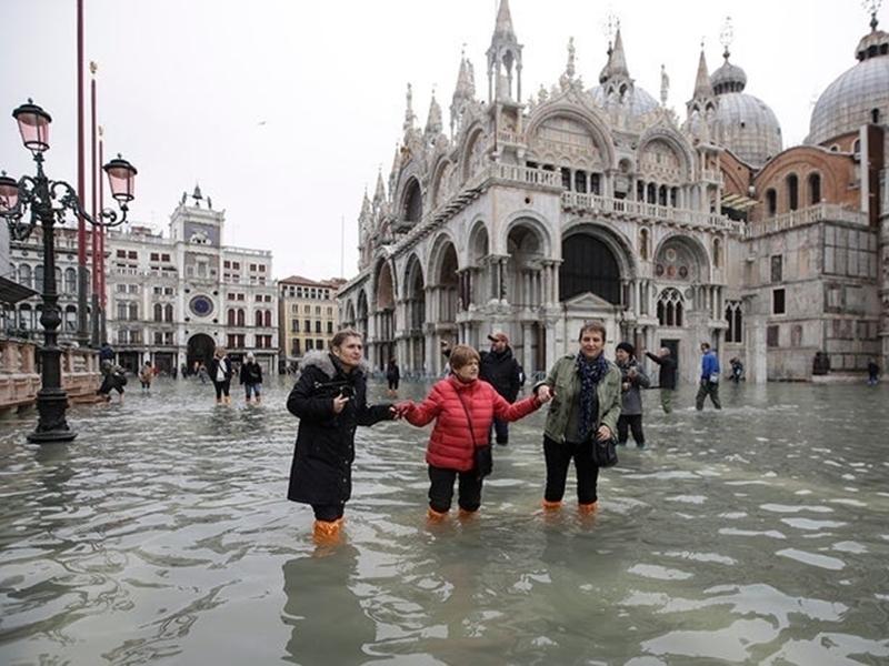 Venice Floods : इटली के शहर वेनिस का 70 फीसदी हिस्सा पानी में डूबा, ऐतिहासिक चीजें तबाह