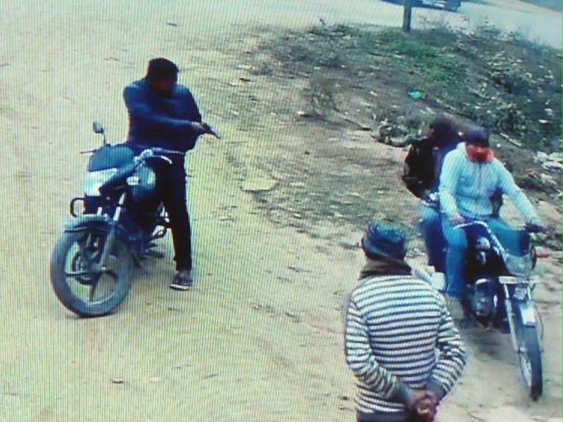 Madhya Pradesh News : भिंड में बाइकसवार युवक ने अधिकारियों पर पिस्टल तानी, मिल संचालक पर फायरिंग