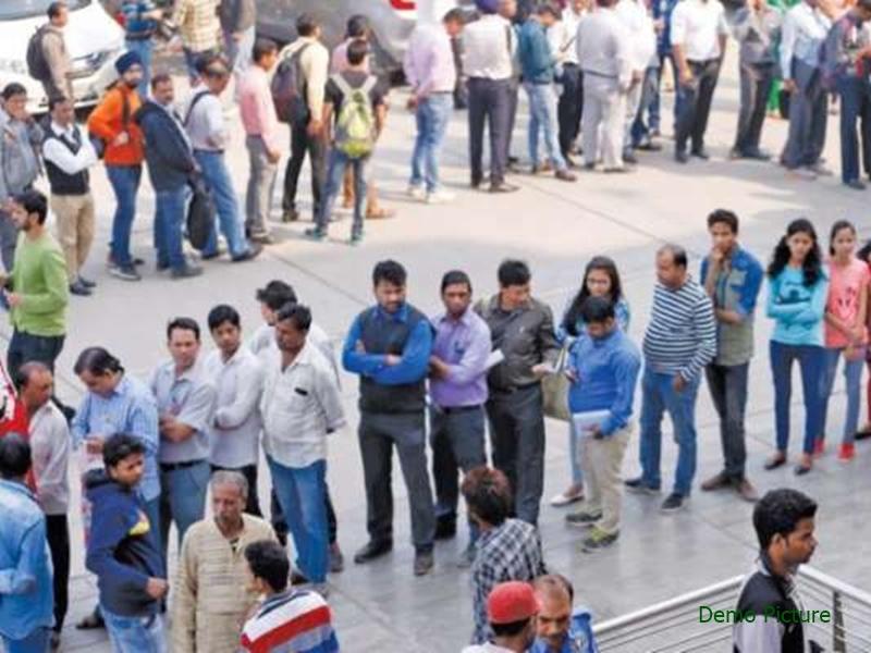 मोदी सरकार द्वारा खातों में 15-15 लाख जमा करने की उड़ी अफवाह, यहां बैंकों के बाहर लगी भीड़