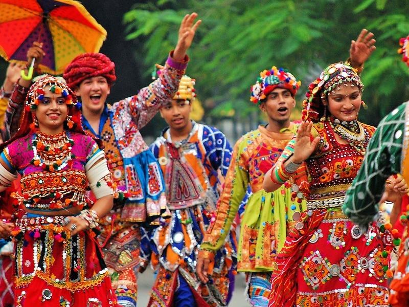 Gujarat : गरबा डांस से होगा ट्रंप व मोदी का स्वागत, सड़क पर लहराएंगे भारत और अमेरिका के झंडे