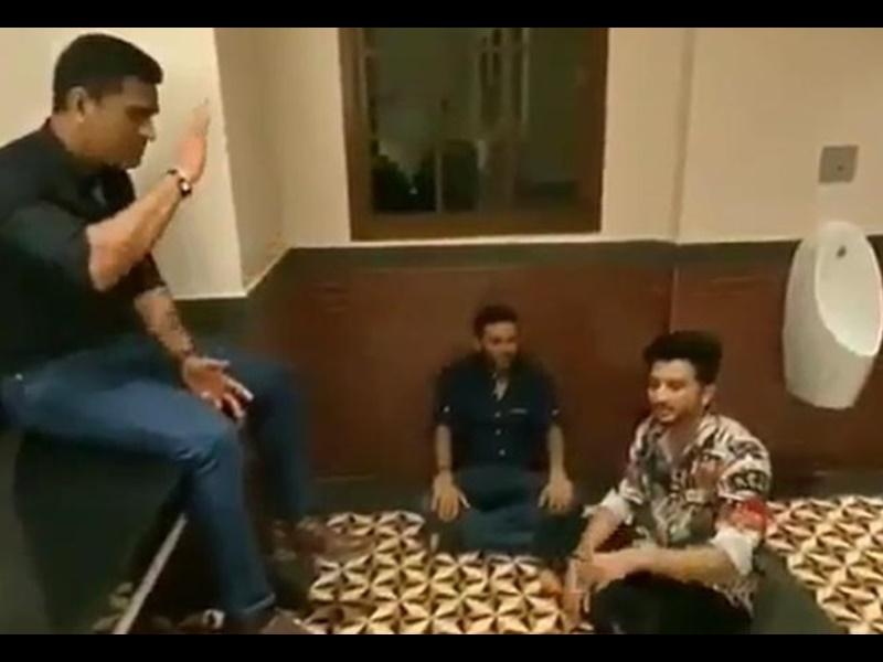 MS Dhoni ने टॉयलेट में सजाई महफिल, इन क्रिकेटरों के साथ लिया गाने का मजा, वायरल हुआ Video