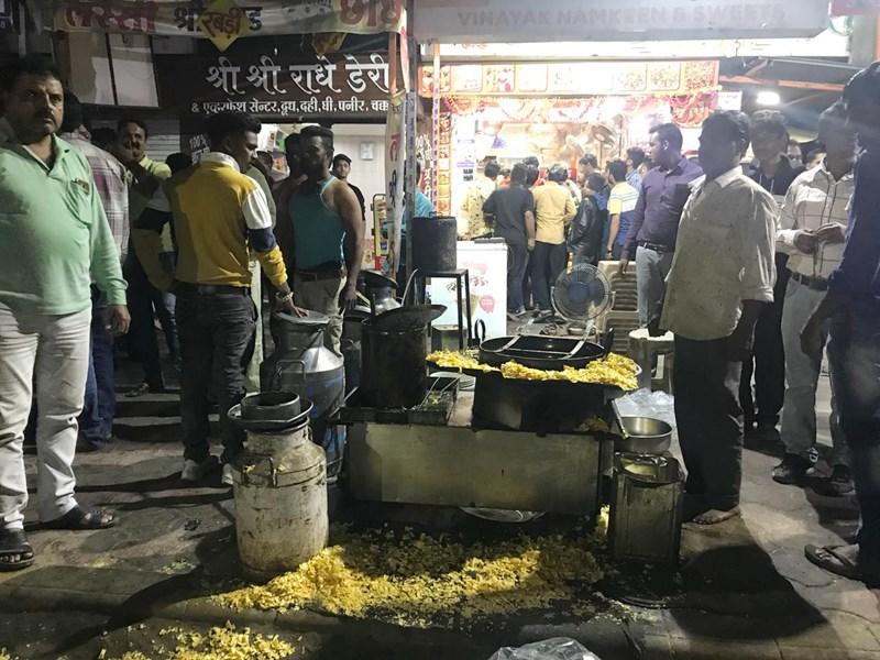 Indore Crime : इंदौर में नशे में धुत गुंडों ने दुकानदारों और राहगीरों को मारे चाकू