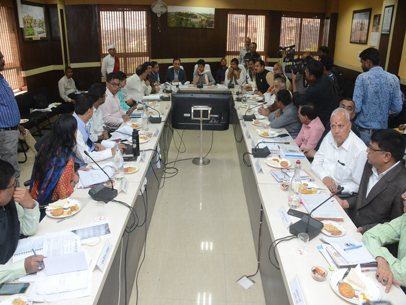 Gwalior News : समीक्षा बैठक में सिंधिया बोले- प्रगति हो रही है, भाजपा ने कहा- किस हैसियत से ली बैठक