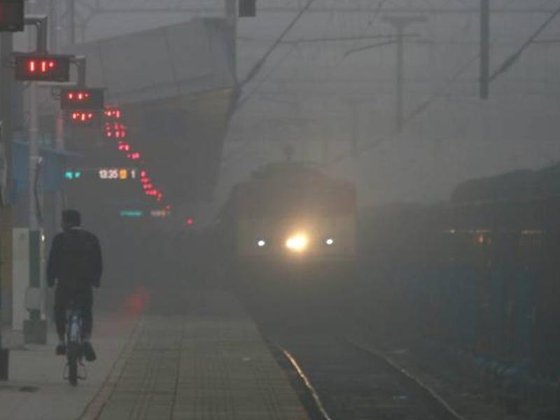 Indian Railway: कोहरे कारण अगर लेट हुई आपकी ट्रेन तो SMS से मिलेगी जानकारी