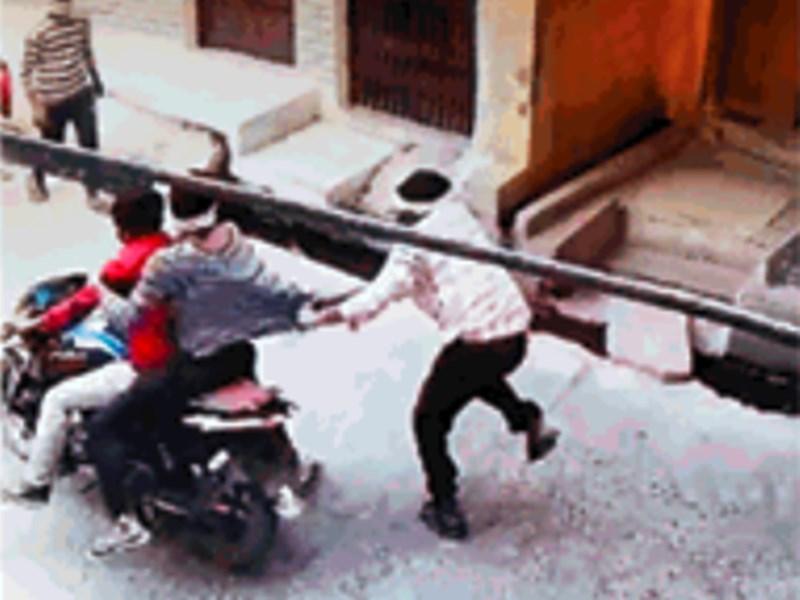 मोबाइल लूटकर भागे, कुल्फी वाले ने पीछाकर पटक लिया, बाइक छोड़ भागे बदमाश