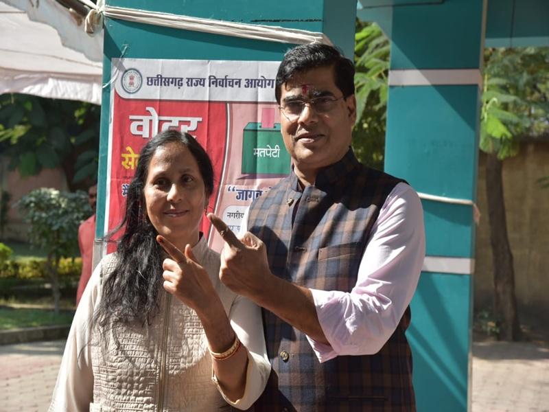 Chhattisgarh Local body Election 2019 : मंत्री-नेता, अफसरों ने भी आम लोगों की तरह कतार में लगकर किया मतदान