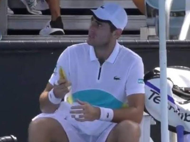 Australian Open: बॉलगर्ल से केला छीलने को कहा तो इस खिलाड़ी को अंपायर ने फटकारा, देखें Video