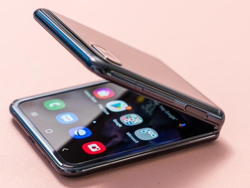 कुछ ही मिनटों में बिक गया Samsung का यह 1.1 लाख रुपए वाला फोन