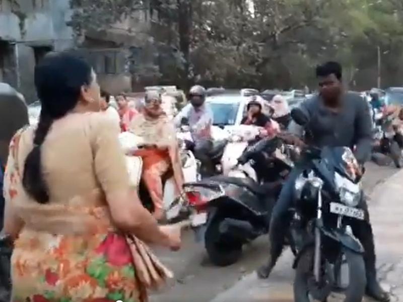 फुटपाथ पर बाइक दौड़ाने वालों को सबक सिखा रही पुणे की 'Superwoman', वायरल हुआ ये वीडियो