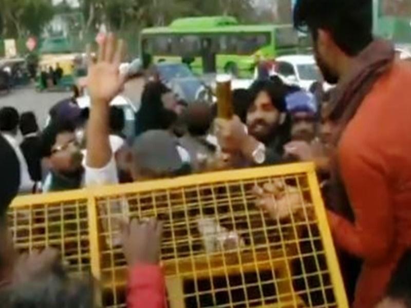 Shaheen Bagh प्रदर्शनकारियों में मतभेद, एक गुट ने रास्ता खोला, दूसरे ने बंद किया, देखें वीडियो
