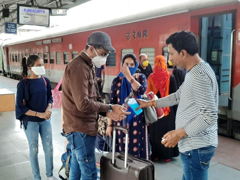 दिल्ली से ट्रेन में इंदौर पहुंचा परिवार, लेने आए पिता ने पहले सैनिटाइजर से साफ करवाए हाथ