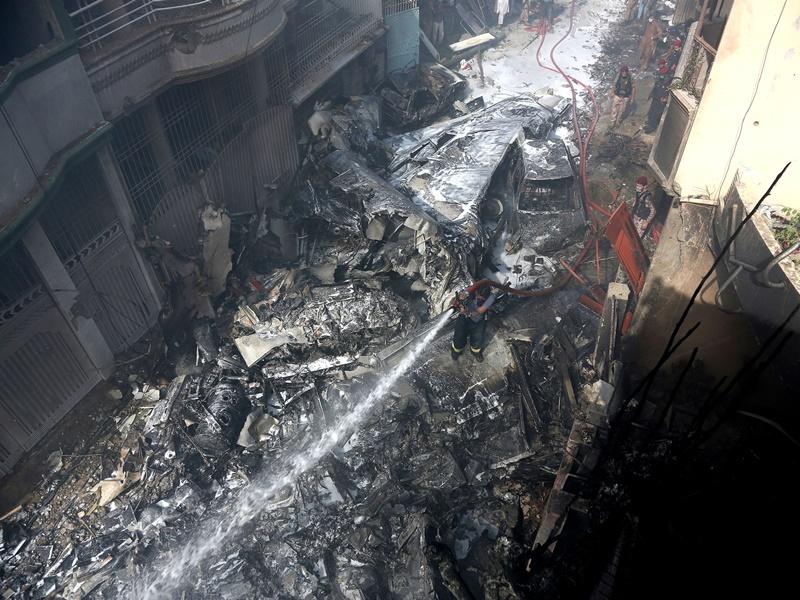 PIA Plane Crash: 97 की मौत, चमत्कारी ढंग से दो यात्रियों की जान बची