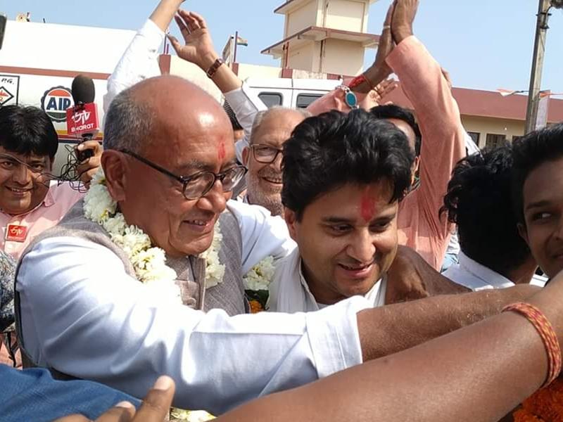 Madhya Pradesh News :  गर्मजोशी से मिले दिग्विजय और सिंधिया, नहीं हुई अकेले में बातचीत