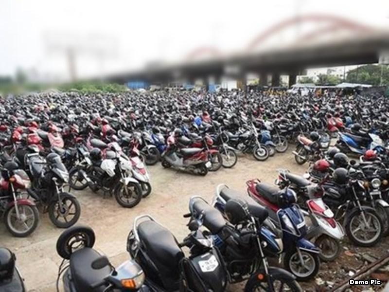 लॉकडाउन में फंसने वालों को डेढ़ हजार रुपये तक देना पड़ रहा पार्किंग शुल्क