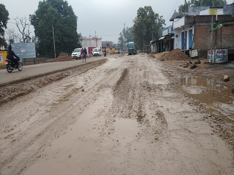 Ambikapur Bilaspur Highway : बारिश के बाद दलदल बना नेशनल हाईवे, वाहनों की लगी लंबी कतार