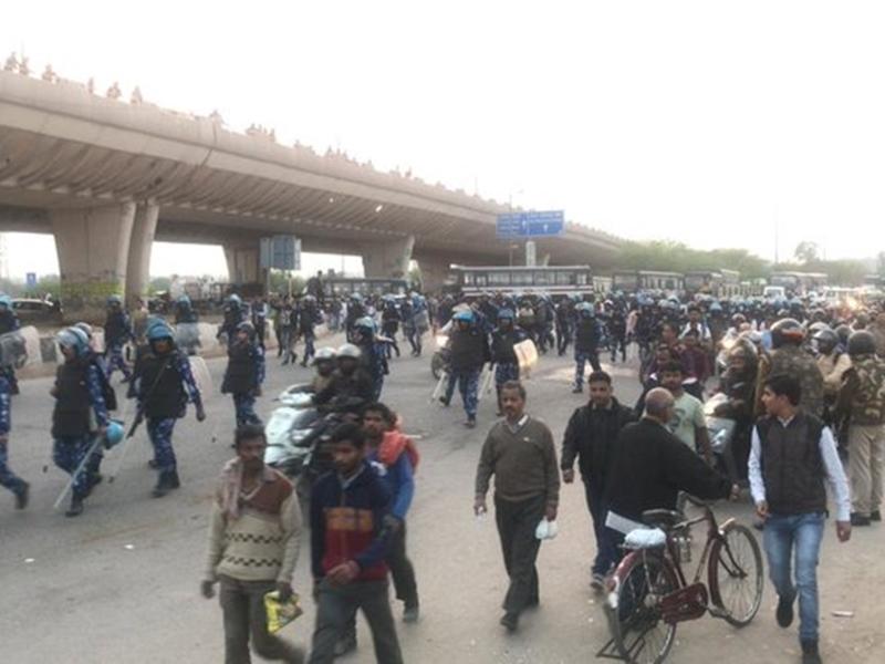 Delhi Violence: दिल्ली में हिंसा के दौरान गोली चलाने वाला शख्स हिरासत में, अब तक गई 8 की जान