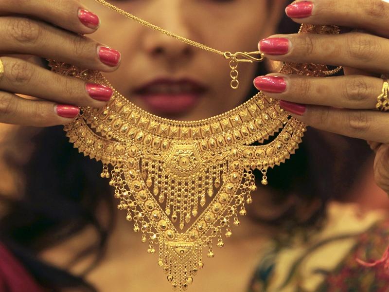 Gold Price: सोने में आज दर्ज हुई बड़ी गिरावट, एक दिन में 954 रुपए हुआ सस्ता