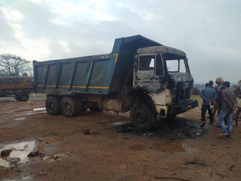 Naxal Attack : बलरामपुर के चंपा गांव में नक्सलियों का उत्पात, 4 वाहनों को फूंका