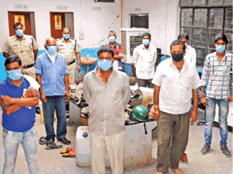 Janta Curfew in Indore : 'पड़ोसी घर आए और बेटों से कहा ताली-थाली से कुछ नहीं होगा, बैंडबाजा लेकर चलो'