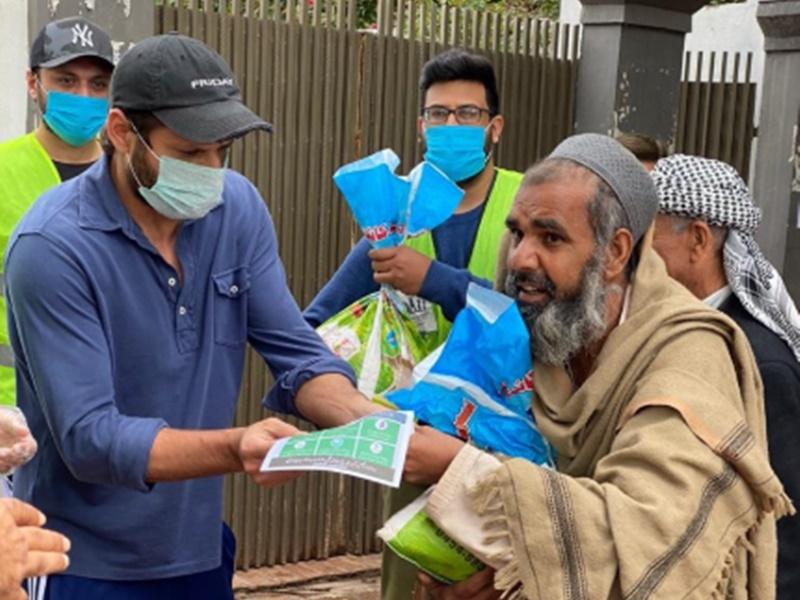 पाकिस्तान में Coronavirus के कहर के बीच लोगों की मदद कर रहा यह पूर्व क्रिकेटर