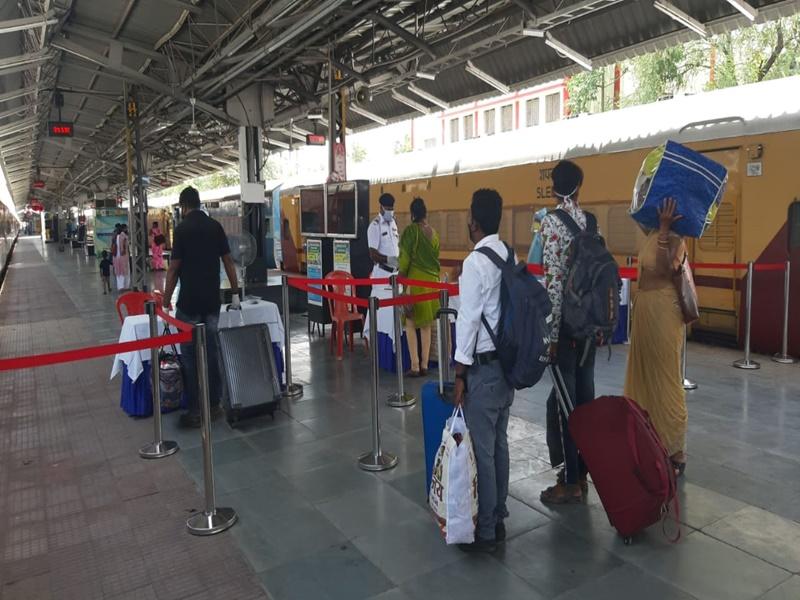 Rail Service After Lockdown: स्टेशन पर मेडिकल जांच के बाद राजधानी एक्सप्रेस से 279 यात्री दिल्ली की ओर रवाना