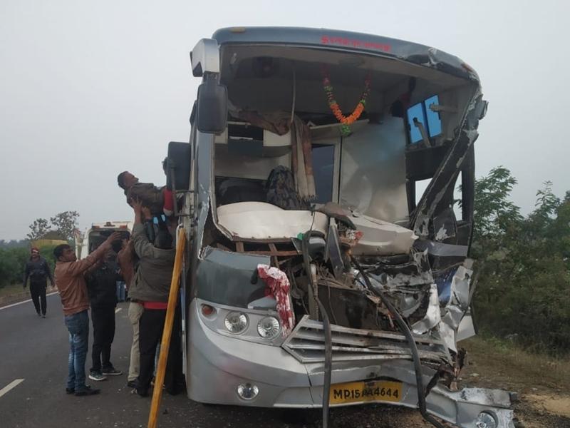 सिवनी जिले में ट्रक से भिड़ी तेज रफ्तार बस, ड्राइवर की मौत, 22 घायल, 6 गंभीर