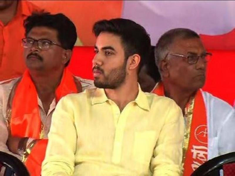 Tejas Thackeray : राजनीति और शोहरत से दूर है ठाकरे परिवार का यह सदस्य, जानिये तेजस ठाकरे के बारे में