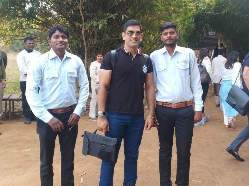 Mahendra Singh Dhoni प्राइवेट प्लेन से पहुंचे कान्हा नेशनल पार्क