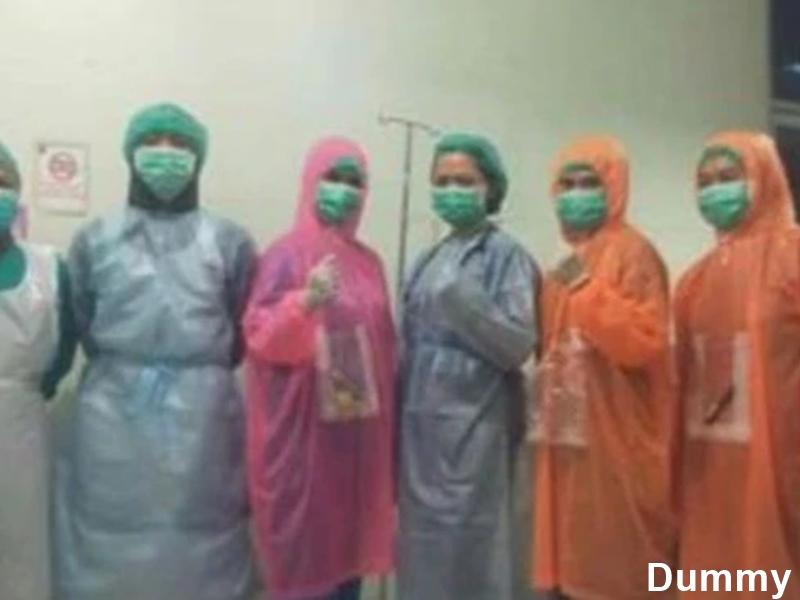 रेनकोट पहनकर कोरोना वायरस के मरीजों का इलाज कर रहे डॉक्टर