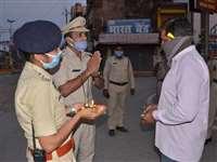 Lockdown in Bilaspur : बेवजह बाहर घूमने वाले लोगों को समझाइश देने का यह नायाब तरीका अपना रही पुलिस