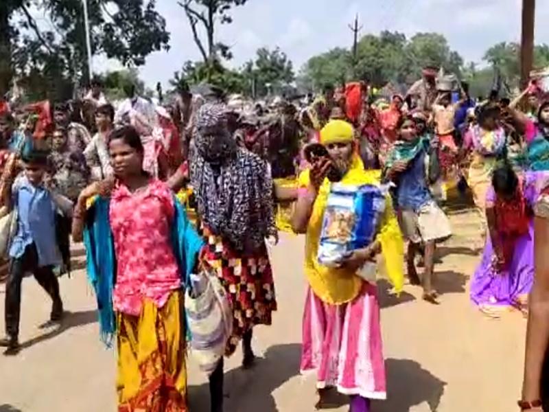 Bijapur News : देवताओं को कांधे पर बिठाकर पहुंचे 18 पंचायतों के ग्रामीण, ये है मांग
