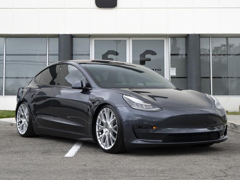 बिना देखे करता रहा क्लिक, खरीद डाली 28 Tesla कारें, बिल देखकर उड़ गए होश