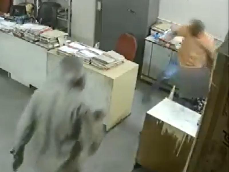 मास्क पहनने के लिए टोका तो महिला कर्मचारी की डिप्टी मैनेजर ने कर दी पिटाई, वायरल हो रहा VIDEO