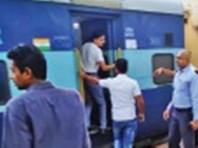 Jabalpur News : महामना सुपरफास्ट एक्सप्रेस के यात्रियों ने किया हंगामा, नहीं मिला 8 घंटे तक पानी