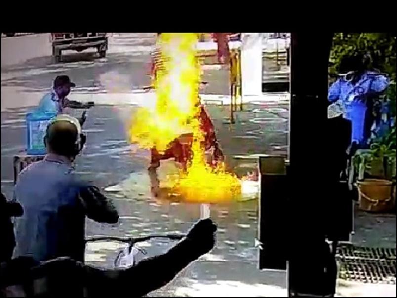 Viral Video : बाइक सैनेटाइज कर रहा था तभी अचानक लगी आग, सोशल मीडिया पर वीडियो वायरल