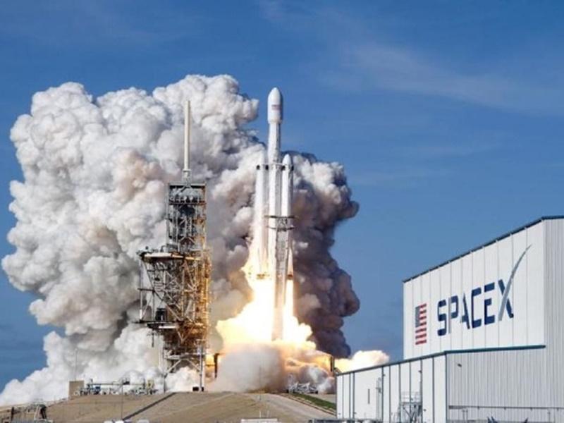 SpaceX के फाल्कन रॉकेट ने ऐतिहासिक उड़ान भरी, प्राइवेट फर्म से भेजा गया क्रू मिशन