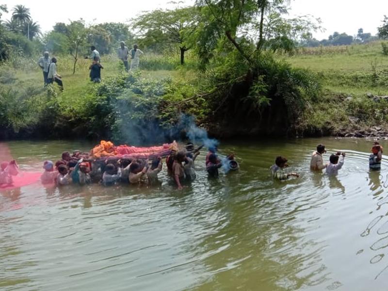 Madhya Pradesh : नीमच जिले में उफनते नाले से निकालनी पड़ी बुजुर्ग की अंतिम यात्रा, यह है कारण
