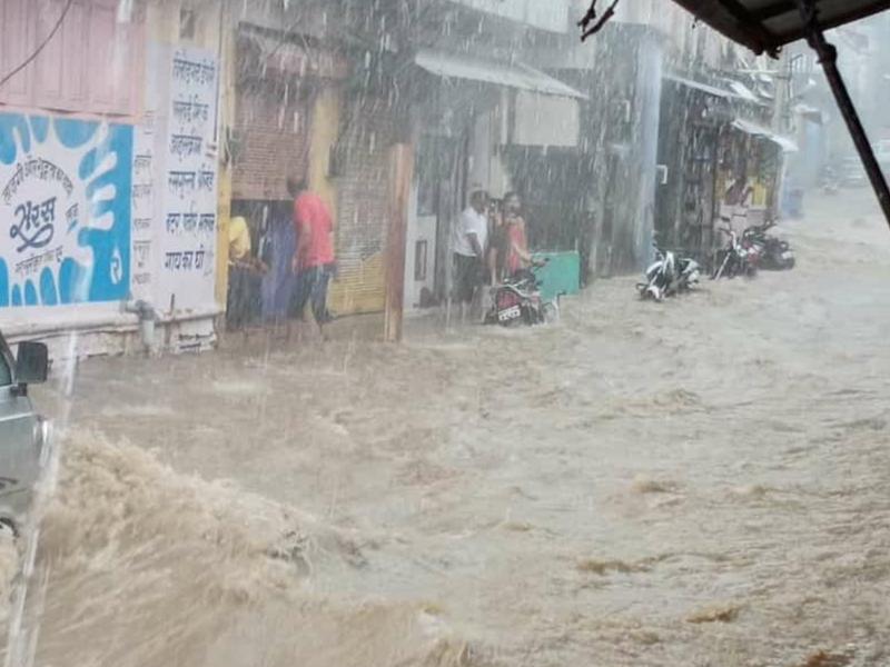 Rain in Madhya Pradesh : नीमच जिले में जोरदार बारिश से कोहराम, पानी में बही बाइक, देखें वीडियो