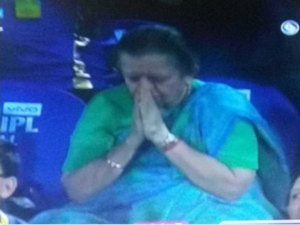IPL 2017: मुंबई की जीत के लिए इस तरह प्रार्थना करने वाली महिला 'नानी' निकली