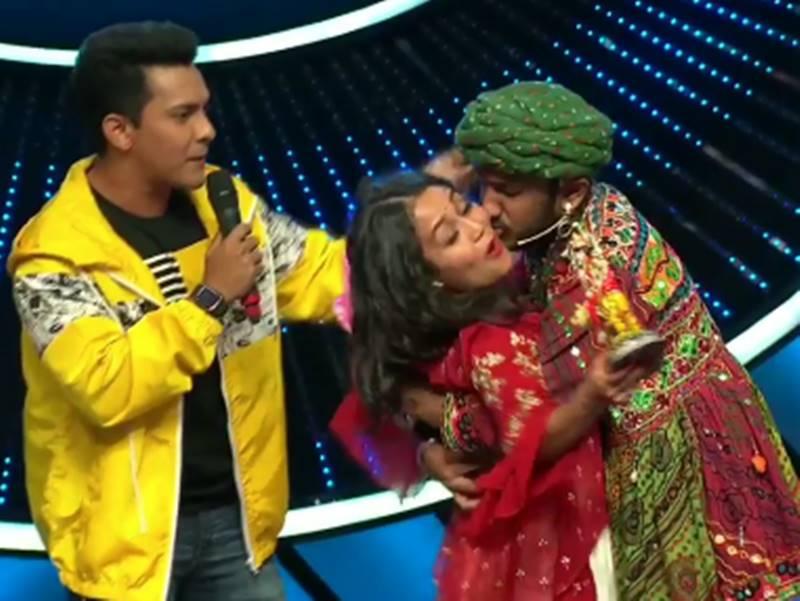 Indian Idol 11 : कंटेस्टेंट के जबरन Kiss करने से घबरा गईं नेहा कक्कड़, शो पर छा गया सन्नाटा