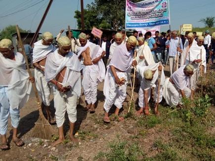 धार जिले में 17 युवाओं ने धरा गांधी का वेश और चमका दी सड़क