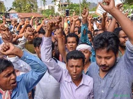NRC Bill: IIT छात्रों का बिल के विरोध में प्रदर्शन, फायरब्रिगेड कर्मियों की बस पर भी हुआ हमला