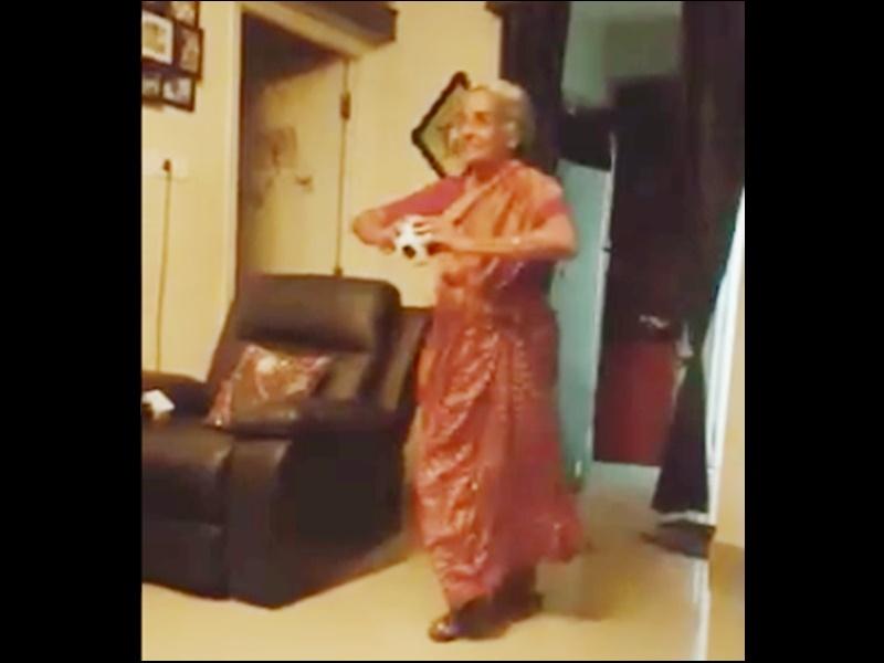 World Cup 2019: बुजुर्ग महिला फैन ने की बुमराह की नकल, Video हुआ वायरल